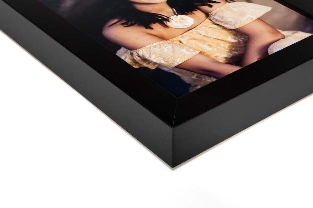 Black Gallery Grand Frame moulding corner detail