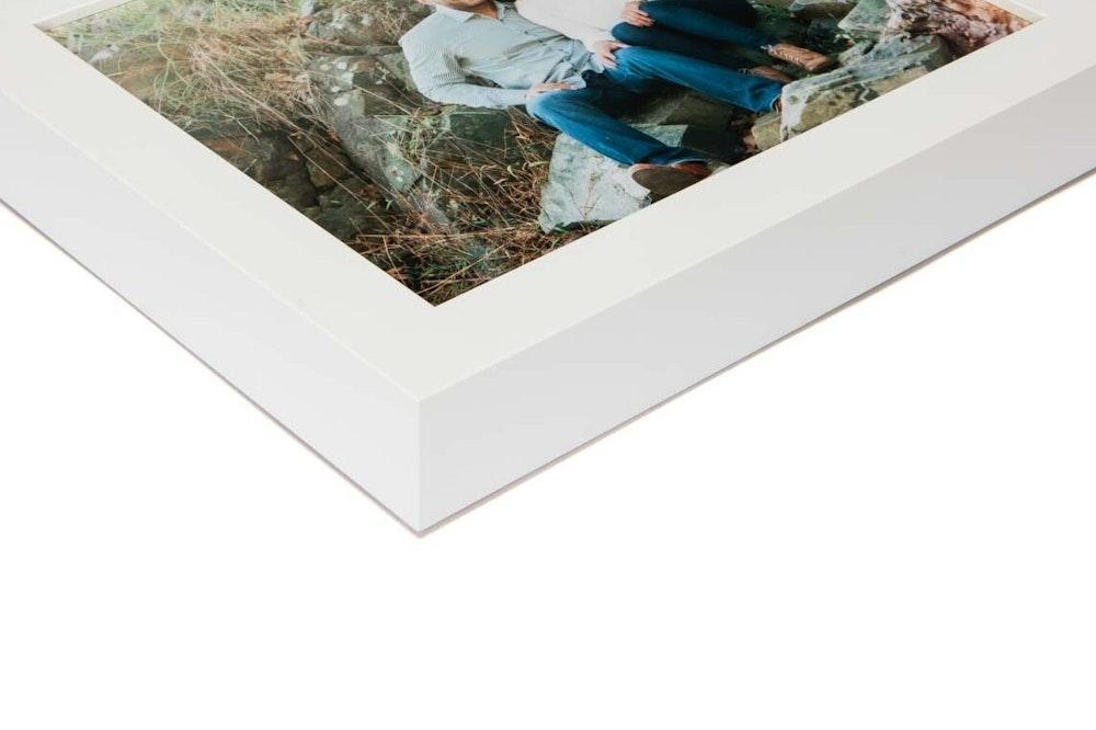 White Gallery Grand Frame moulding corner detail