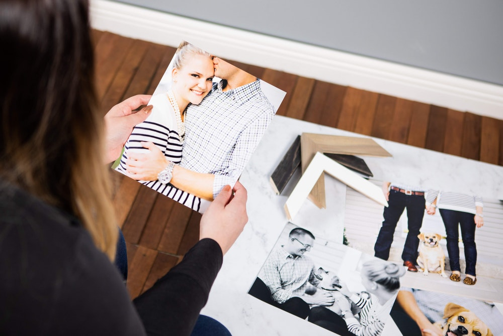 Holding multiple Photographic Prints during sales session